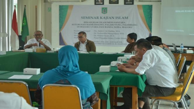 Drs. Saleh Umar Al-Haddar, MA, saat memaparkan bukunya di Seminar Kajian Islam, Unas, Jakarta.