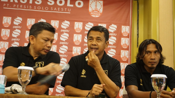 Pelatih anyar Persis Solo, Jafri Sastra (tengah).