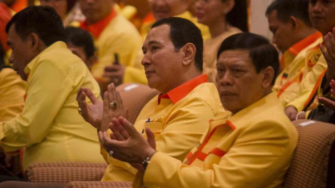 Ketua Dewan Pembina sekaligus Ketua Umum Partai Berkarya Hutomo Mandala Putra atau Tommy Soeharto (kedua kanan)