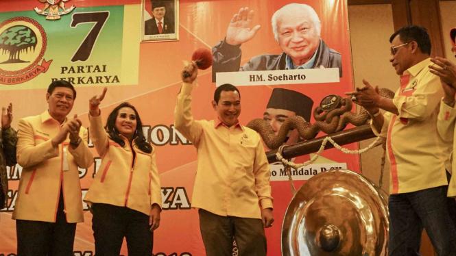 Ketua Dewan Pembina dan Ketua Umum Partai Berkarya Hutomo Mandala Putra atau Tommy Soeharto (ketiga kiri)
