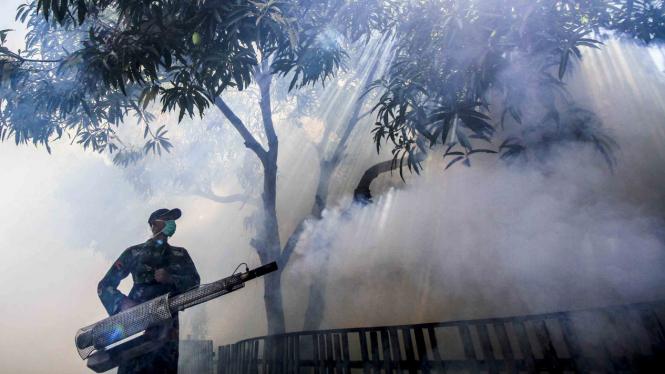 Pengasapan (fogging) di daerah endemis Deman Berdarah Dengue (DBD)