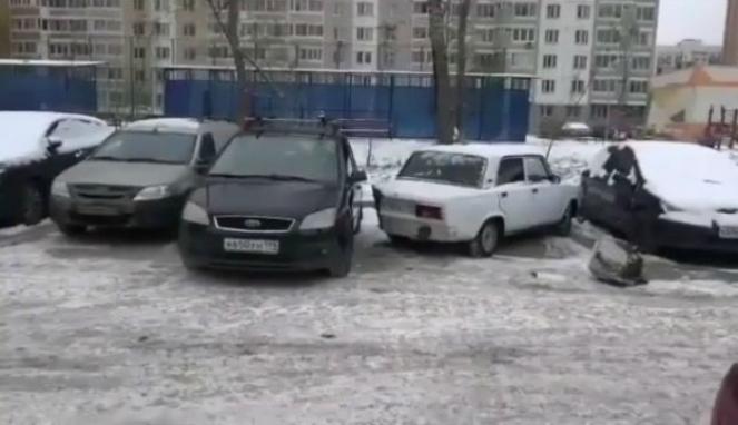 Parkir mobil sembarangan.