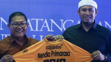 Manajer Bhayangkara FC, Sumardji dan pemilik Nendia Primarasa, Heru Pujihartono