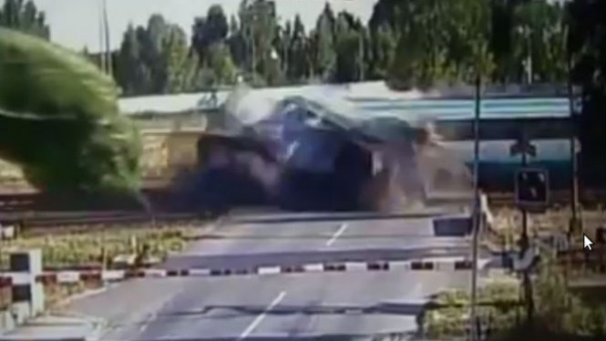 Kereta api menabrak truk.