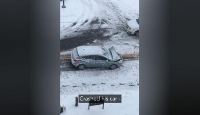 Mobil rusak di tengah badai salju.
