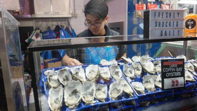 Jual kerang segar di pasar
