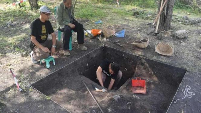 Peneliti menggali tanah untuk menemukan pecahan keramik di bekas Kerajaan Lamuri