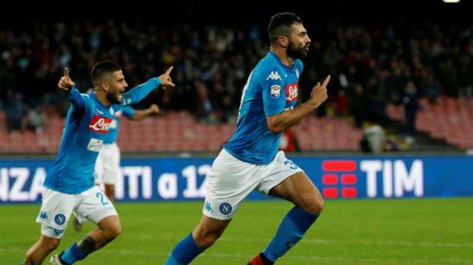 Bek Napoli, Raul Albiol rayakan gol.