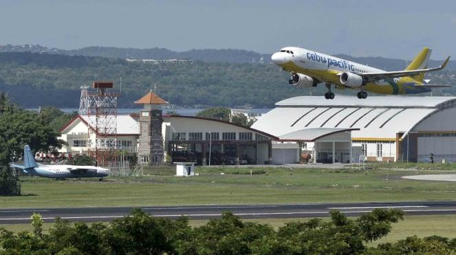 Pesawat udara lepas landas di kawasan Bandara Internasional I Gusti Ngurah Rai. (Ilustrasi)