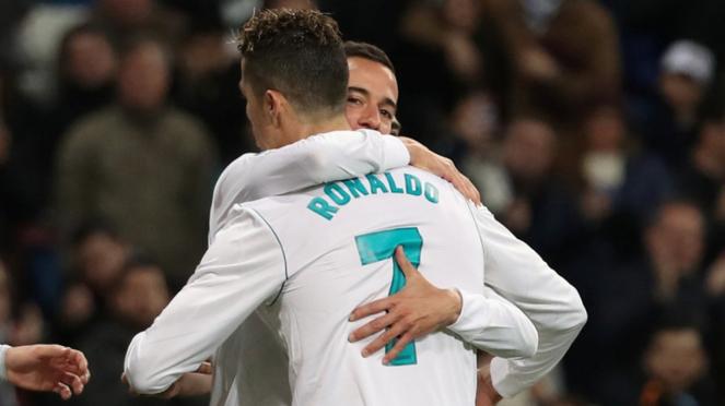 Pemain Real Madrid, Cristiano Ronaldo dan Lucas Vazquez merayakan gol.