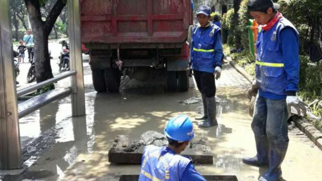 Pembersihan sampah kabel di Jalan Medan Merdeka Barat, Jakarta.
