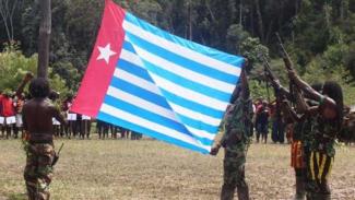 VIVIA Militer: Pasukan TPNPB kibarkan bendera bintang kejora.