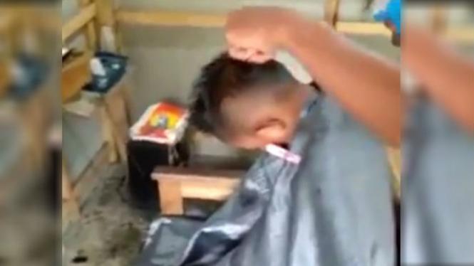 Anak potong rambut.