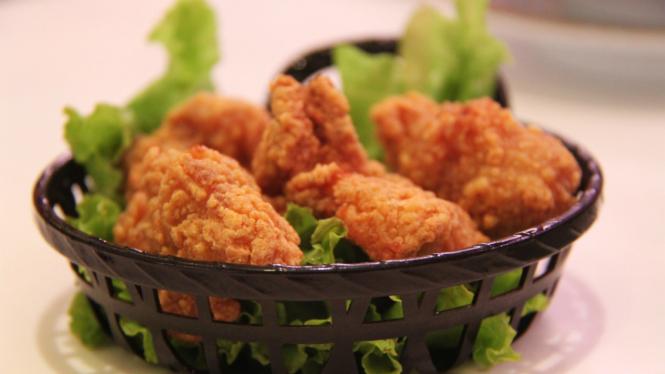 Ilustrasi ayam dan kulit ayam goreng.