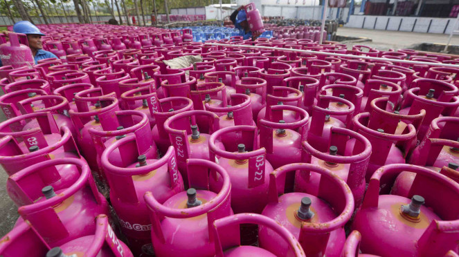 Pekerja menata tabung Liquefied Petroleum Gas (LPG) Bright Gas 5,5 kilogram