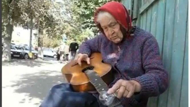 Nenek pengamen jalanan.