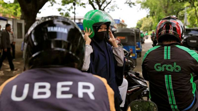 Ojek online Uber dan Grab.