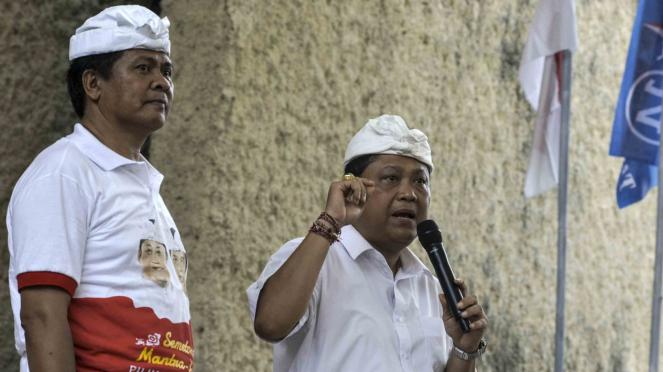 Calon Gubernur Bali Ida Bagus Rai Dharmawijaya Mantra (kanan) dan Calon Wakil Gubernur Bali Ketut Sudikerta