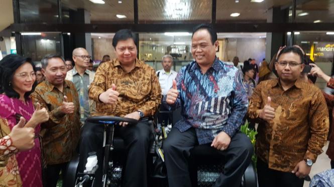 Menteri Perindutsrian, Airlangga Hartarto saat mencoba prototipe mobil pedesaan.