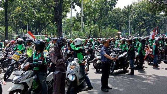 Pengemudi ojek online saat demo di depan Istana Merdeka, Jakarta.