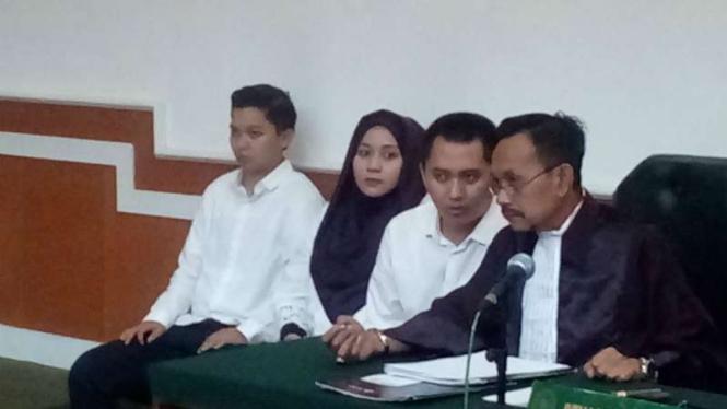 Anniesa Hasibuan dan Kiki Hasibuan, kakak dan adik bos perusahaan PT First Travel, dalam persidangan di Pengadilan Negeri Depok, Jawa Barat, pada Rabu, 28 Maret 2018.