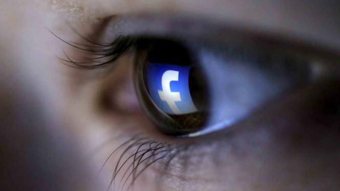 Logo Facebook dari pantulan mata.