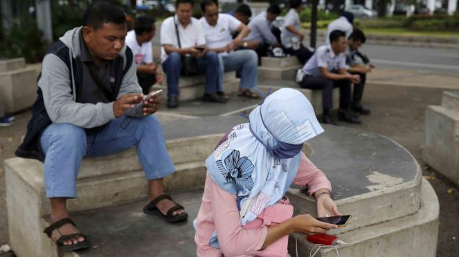 Sorot Facebook - Masyarakat pengguna smartphone