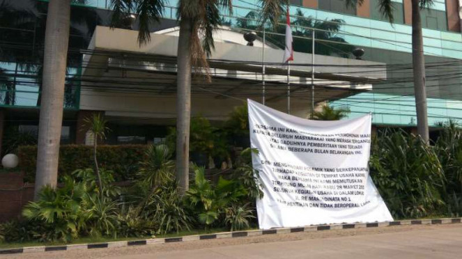 Spanduk pengumuman di depan Hotel Alexis, Jakarta