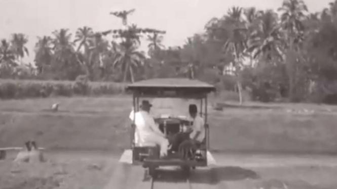 Kereta api di pedesaan Jawa pada tahun 1928.