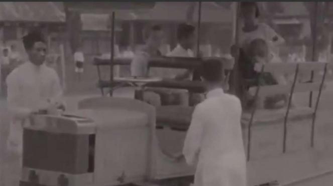 Kereta api yang jadi jemputan anak sekolah pada 1928.