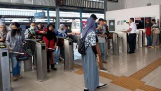 Sejumlah calon penumpang KRL atau commuterline melewati gerbang elektronik di Stasiun Tangerang pada Kamis, 29 Maret 2018.