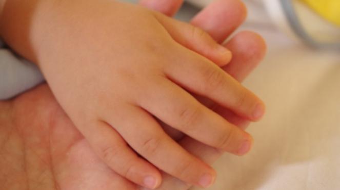 Ilustrasi tangan ibu dan anak
