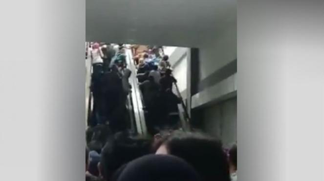 Penumpang kereta api semrawut di Stasiun Duri.