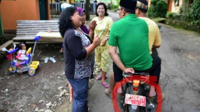 Ridwan Kamil menyapa warga dari atas motor.