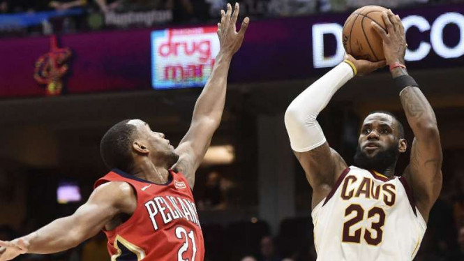 Pebasket Cleveland Cavaliers, LeBron James (kanan).