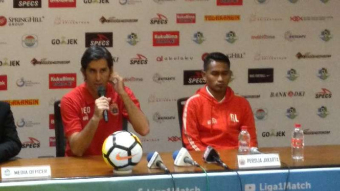 Pelatih Persija, Stefano Teco Cugurra (kiri)