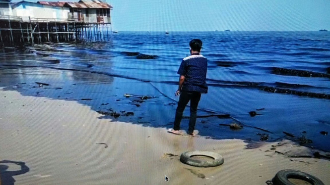Tercemarnya pantai di Teluk Balikpapan akibat tumpahan minyak.