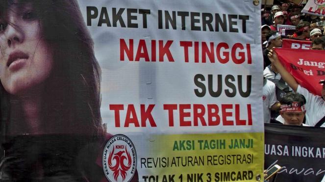 Unjuk rasa menolak pembatasan registrasi kartu prabayar telepon seluler satu NIK untuk tiga kartu