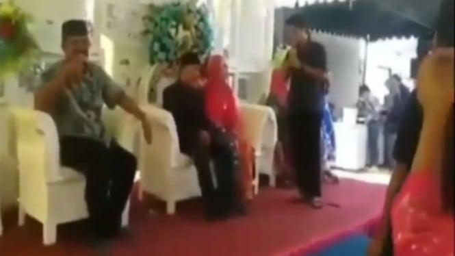 Pria menyanyi di pernikahan mantan.