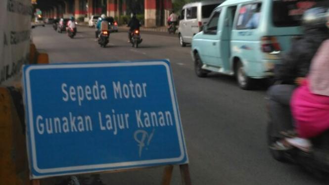 Rambu motor di lajur kanan di Jakarta.