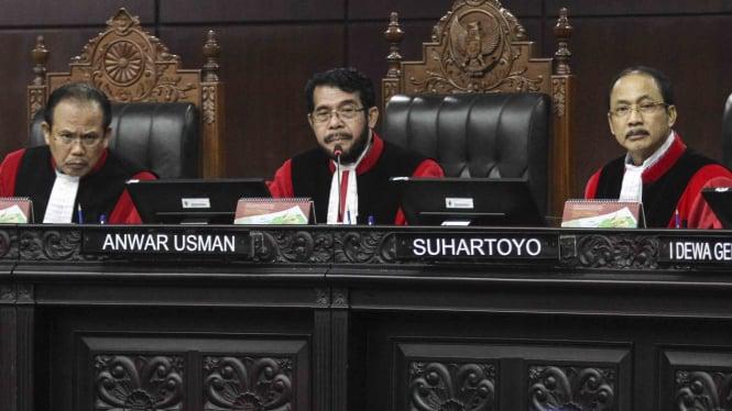 Ketua Majelis Hakim Mahkamah Konstitusi (MK), Anwar Usman (tengah)