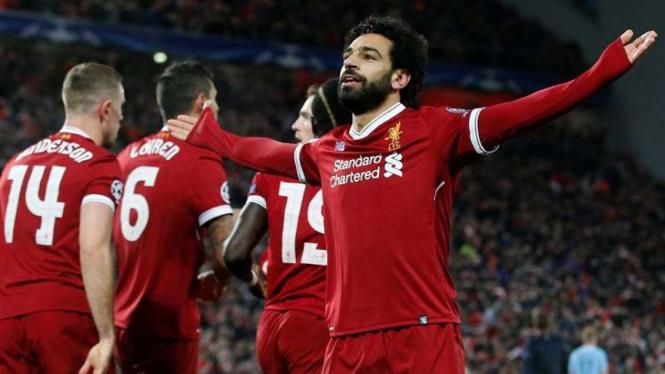 Bintang Liverpool, Mohamed Salah (kanan), usai bobol gawang Manchester City.