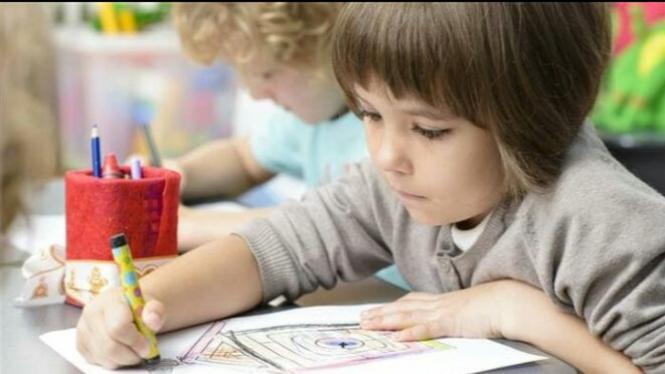 Seorang siswa sedang belajar menggambar.