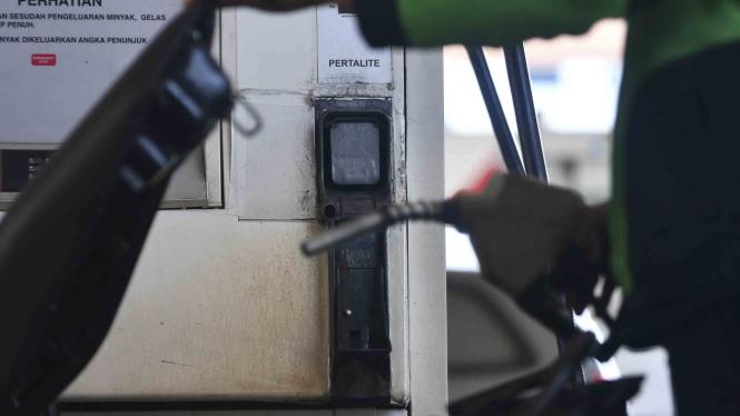 Pengendara motor mengisi kendaraannya dengan BBM jenis Pertalite di SPBU Cikini
