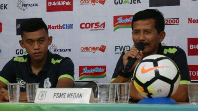 Pelatih PSMS Medan, Djadjang Nurdjaman (kanan)