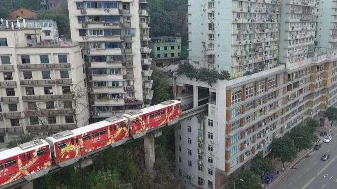 Apartemen dilewati jalur kereta di China