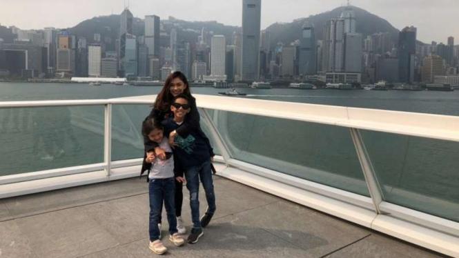 Nana Mirdad dan keduanya anaknya di Hong Kong