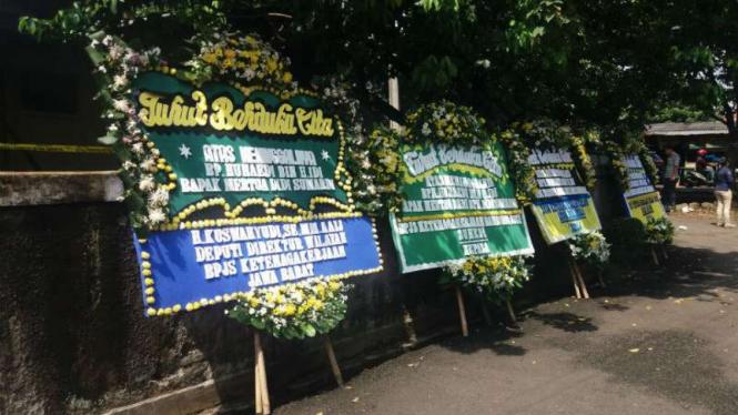 Karangan bunga di sekitar rumah pensiunan TNI AL yang tewas dibunuh di Cilandak