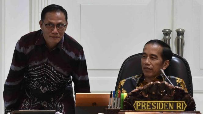Presiden Joko Widodo (kanan) berbincang dengan Kepala BPS Suhariyanto (kiri)