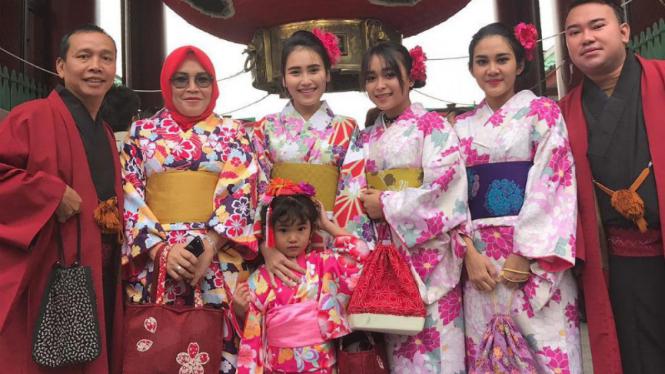 Ayu Ting Ting dan keluarga saat liburan ke Jepang.